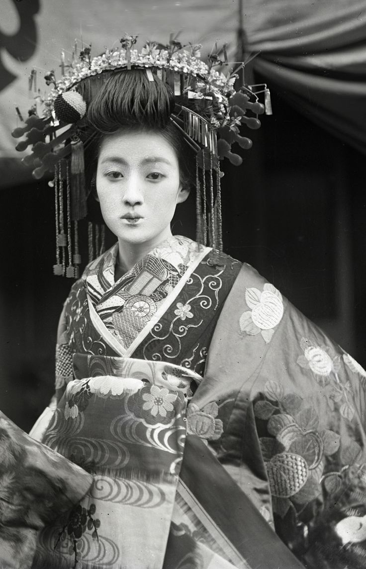 Resplendent tayuu. About 1910's, Japan. Image via yuki willy v of Flickr