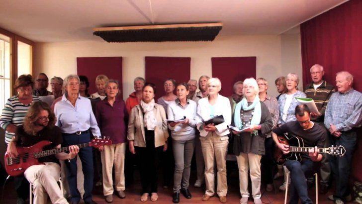 Pin for Later: Diese 10 Videos haben Deutschland 2015 zum Lachen, Weinen und Staunen gebracht Die starke Nachricht eines Seniorenchors Was steckt dahinter wenn Rentner lauthals Beleidigungen brüllen? Eine starke Nachricht gegen Fremdenhass!