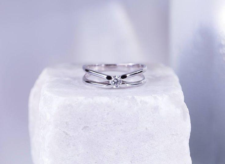 Zásnubní prsten z bílého zlata s diamantem.