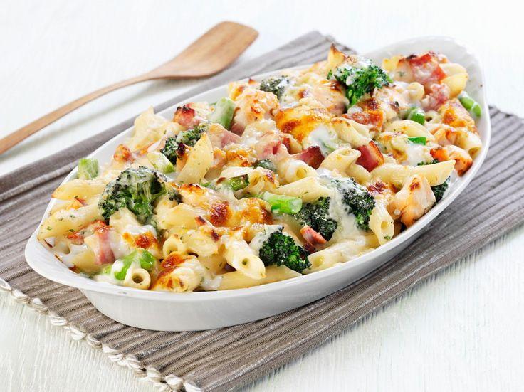 Immer wieder gut! Nudelgratin mit Gemüse und Schinken | http://eatsmarter.de/rezepte/nudelgratin-mit-gemuese-und-schinken