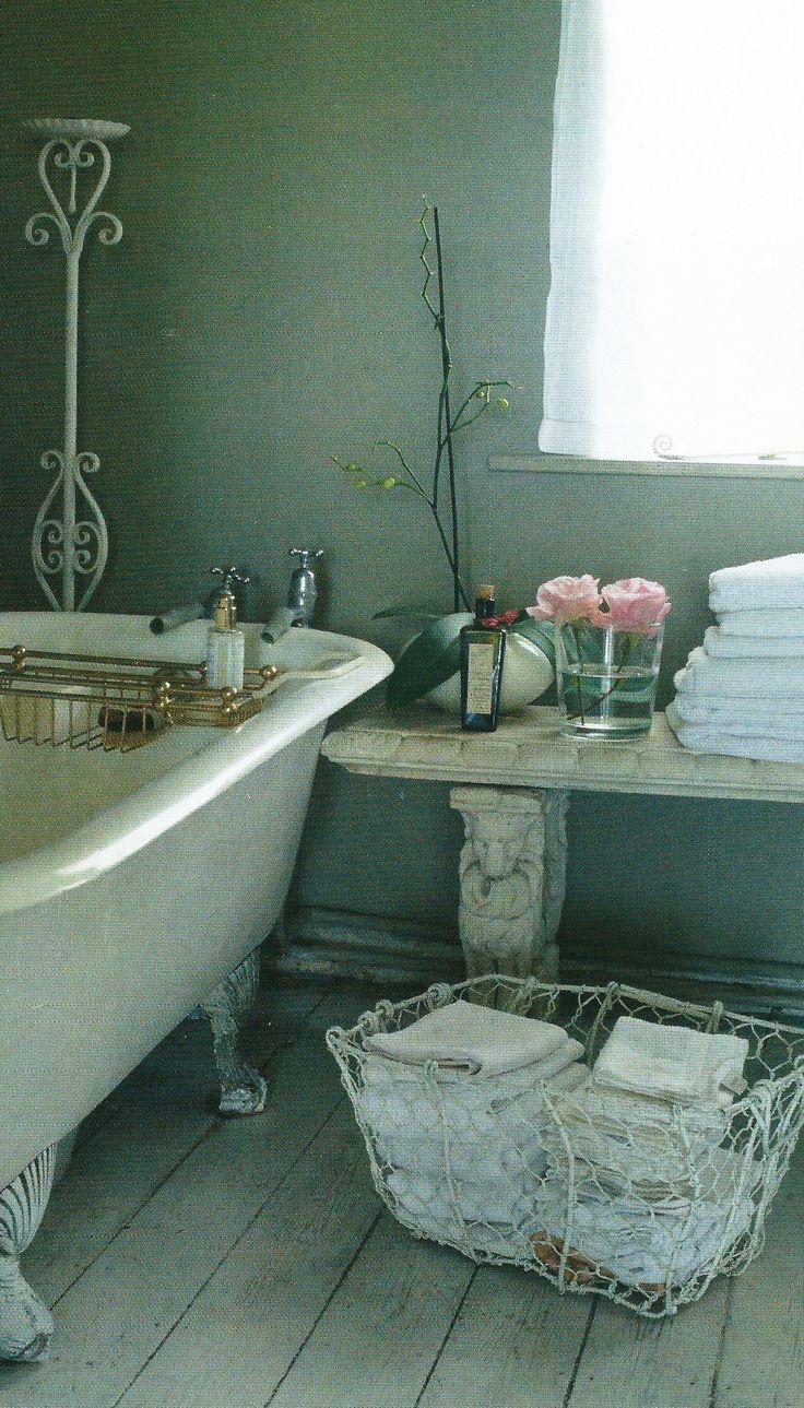 #bathroom...so beautiful, salle de bains retro, salle de bain vintage, salle de bain ancienne, baignoire patte de lion