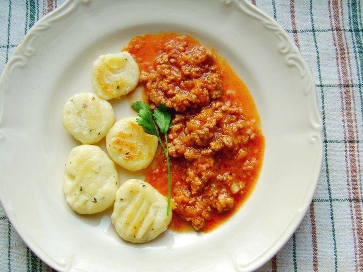 Gnocchi a'la kopytka z sosem mięsnym