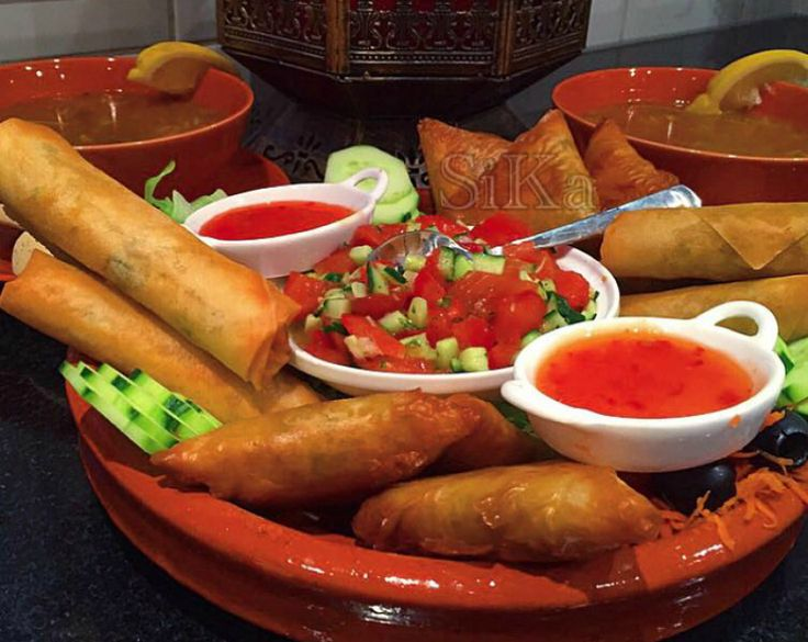 Moroccan Food the best #Harira #Briwat #salade. Recept voor Marokkaanse loempia's met kip. Je doet in een hapjespan een scheutje olijfolie en doe de kleine stukjes kipfilet in de pan. Breng op smaak met beetje zout en peper en de 2 fijngeperste teentjes knoflook.
