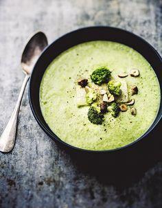 Recette Crème de brocoli légère aux noisettes : Faites cuire à l'eau le brocoli taillé en morceaux.Faites suer 1 oignon haché avec 1 cuil. à café d'...