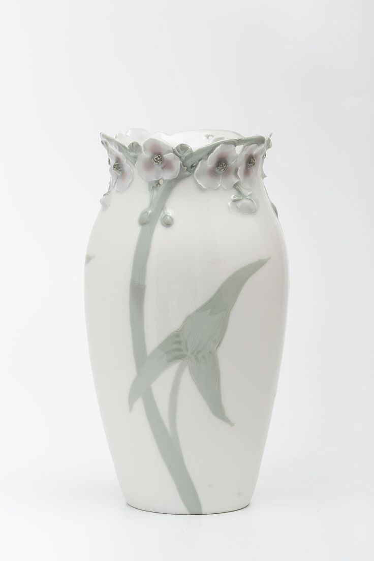 """Vase """"Pfeilkraut""""   Rörstrand Porzellan- und Fayencenmanfaktur and Alf Wallander   c.1899   Museum Für Kunst Und Gewerbe Hamburg   CC0"""