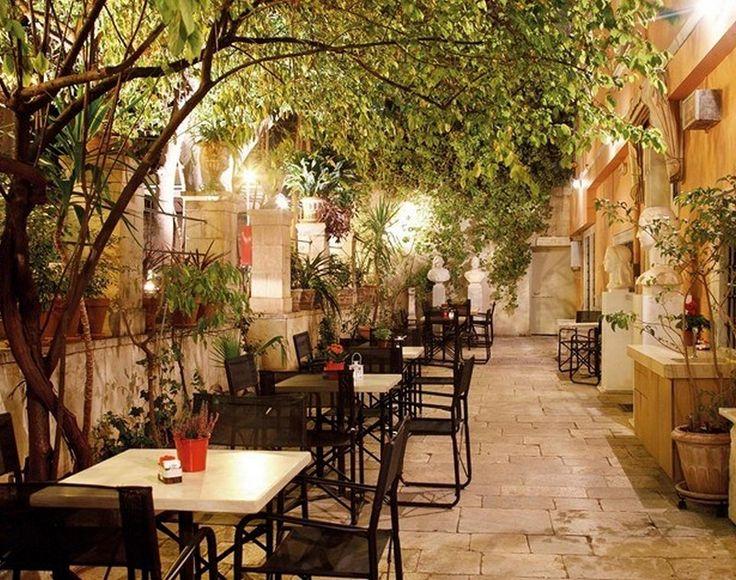 Αθήνα: 8 αγαπημένες αυλές για καφέ και ποτό στο κέντρο
