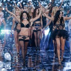 I ett år har vi väntat och nu är det äntligen dags! Victoria's änglar intar catwalken på Victoria's Secret Fashion Show. Vi ser årets sexigaste underkläder visas upp av världens hetaste supermodeller. Sedan början av 90-talet är visningen ett av årets stora höjdpunkter i modebranschen, där världens elit samlas för att ha kul tillsammans på catwalken.