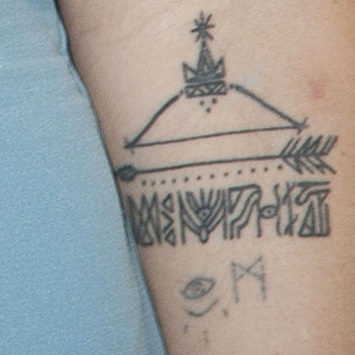 jemima-kirke-arrow-arm-tattoo