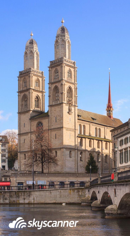 Grossmünster est la cathédrale de Zurich. Admirer la vue sur la ville depuis le haut de ses tours jumelles est une activité incontournable de Zurich ! Pour en savoir plus sur que faire à Zurich, lisez notre article !