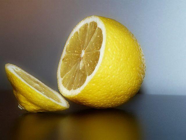 Wist je dat bijna alle vitamine C supplementen in de winkel gemaakt zijn van genetisch gemodificeerde mais? Maar hoe krijg je voldoende vitamine C binnen zonder het gebruik van supplementen? Je maakt het gewoon zelf! Wat je nu krijgt te lezen is iets wat de grote farmaceutische bedrijven het liefst geheim houden…