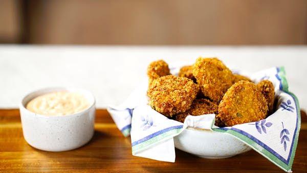 Receita com instruções em vídeo: Fazer nuggets em casa é mais fácil, prático e saboroso do que você imagina!       Ingredientes: 500g de peito de frango, 1 cebola cortada, 2 dentes de alho , 2 fatias de pão de forma, Sal a gosto, Pimenta do reino a gosto, Salsinha a gosto, Cebolinha a gosto, 1 ovo, 2 xícaras de flocos de milho, óleo para fritar, 1 xícara de maionese, ½ colher de chá de páprica, 1 colher de chá de molho inglês, 1 colher de sopa de catchup