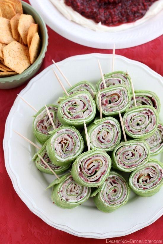 Cranberry Tyrkiet Pinwheels har lag af flødeost, krydret-sød tranebær salsa, og tynde skiver kalkun alle rullet op i en spinat tortilla til en lækker fest appetitvækker!  Fra DessertNowDinnerLater.com