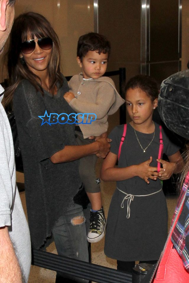 AKM-GSI Halle Berry Olivier Martinez Nahla Aubry Maceo Martinez catch a flight at LAX