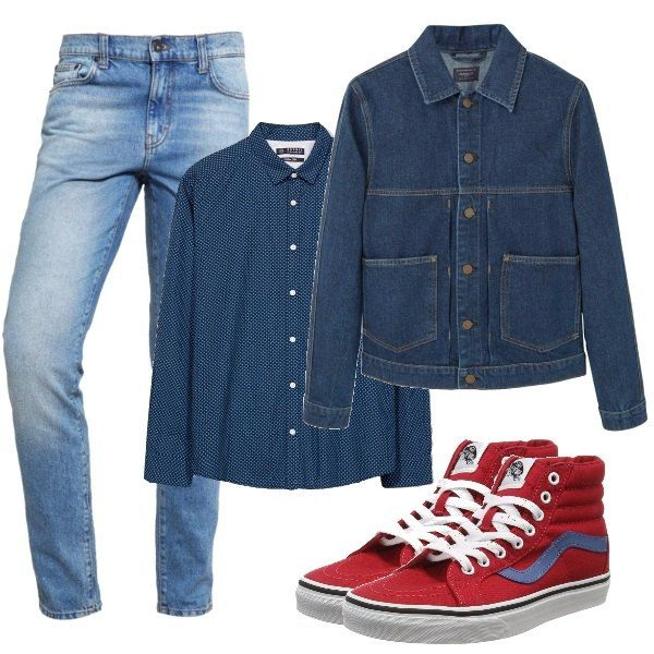 Completo di jeans in chiaro scuro, pantaloni delavé, camicia con minuscoli disegni, giacca con tasche applicate e infine le sneakers rosse alte a dare un tocco di colore.