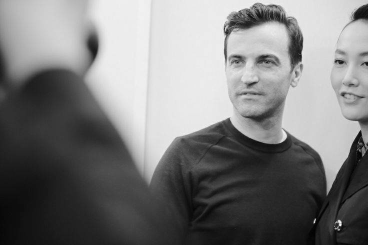 Nicolas Ghesquière, directeur artistique de Louis Vuitton en backstage du défilé Louis Vuitton prêt-à-porter automne-hiver 2014-2015 http://www.vogue.fr/mode/inspirations/diaporama/fashion-week-de-paris-fw2014-les-coulisses-de-la-fashion-week-de-paris-automne-hiver-2014-2015-jour-9/17869/image/985482#!nicolas-ghesquiere-directeur-artistique-de-louis-vuitton-en-backstage-du-defile-louis-vuitton-pret-a-porter-automne-hiver-2014-2015