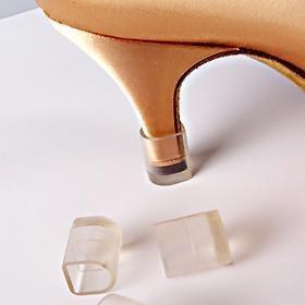A Arezzo, assim como a loja canadense Up to You já estão vendendo o simples, porém mágico protetor de saltos.   O protetor pode ser usado em todos os materiais, além de ser compatível com a maioria dos saltos agulha disponíveis no mercado.... Eles são úteis porque ajudam a não estragar aquele sapato que você pagou tão caro.   Os protetores da Arezzo são feitos em 13 cores diferentes e são de borracha, se adaptando a saltos de 10 a 12cm finos. Servem tanto para proteger das pedrinhas e da…