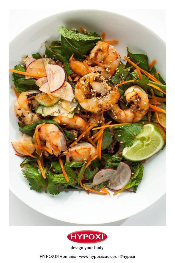 Azi va propunem o reteta recomandata de Bon Appétit Magazine, inspirata din fantastica bucatarie asiatica: salata de creveti la gratar cu seminte de susan si legume. #Hypoxi #HealthySkin #bonappetitmag