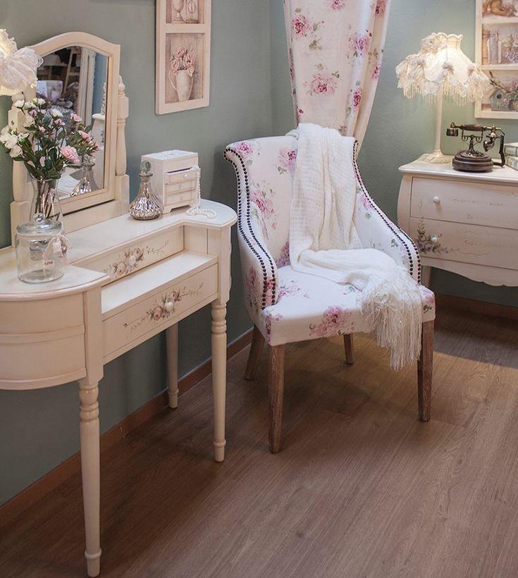 O nouă familie de mobila shabby chic vine la Retro Boutique: Ophelia Rose. Masa de toaleta, comode cu sertare, secretaire si vitrina - toate inflorate, toate minunate :) http://www.retroboutique.ro