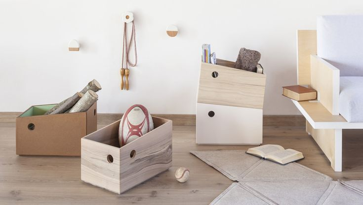 Het voer van je huisdier kan erin, je wasmiddelen kunnen erin, oud papier, glas, noem het maar het kan erin! Een mooi houten opbergsysteem voor een strak staaltje decoratief opruimen.