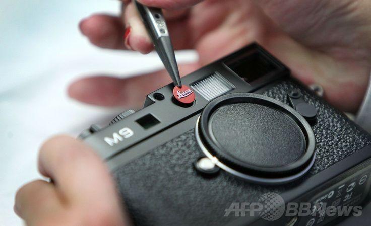 ドイツ西部ソルムス(Solms)にある高級カメラメーカー、ライカ(Leica)の工場で、同社製のカメラ「M9」にロゴを取り付ける工員(2011年10月24日撮影)。(c)AFP/DANIEL ROLAND ▼25May2014AFP 100周年迎えたライカ、新本社ビルをお披露目 http://www.afpbb.com/articles/-/3015784 #Solms #Leica #Leica_M9