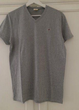 Kaufe meinen Artikel bei #Mamikreisel http://www.mamikreisel.de/kleidung-fur-jungs/kurzarmelige-t-shirts/36235883-graues-kurzarm-shirt-von-hollister-mit-v-ausschnitt