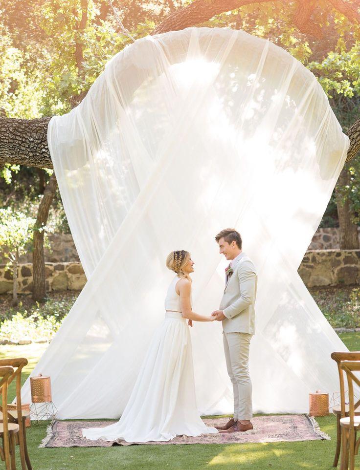 湾曲した木を上手に利用して、大きなドレープを使った、素敵な結婚式のアクセント。geometric inspiration