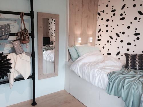 Thomas en Froukje hebben de slaapkamer van Fleur omgetoverd tot een echte tienerkamer. Het enige wat nog ontbreekt is een spiegel. Om de muur vrij te houden van gaten, heeft Froukje een slimme oplossing: montagetape!
