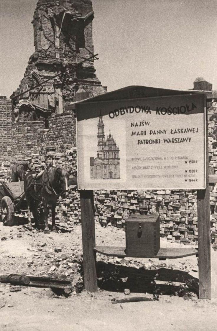 w-kadrze-warszawa-lata-40Tablica informująca o odbudowie kościoła Najświętszej Marii Panny Łaskawej, patronki Warszawy