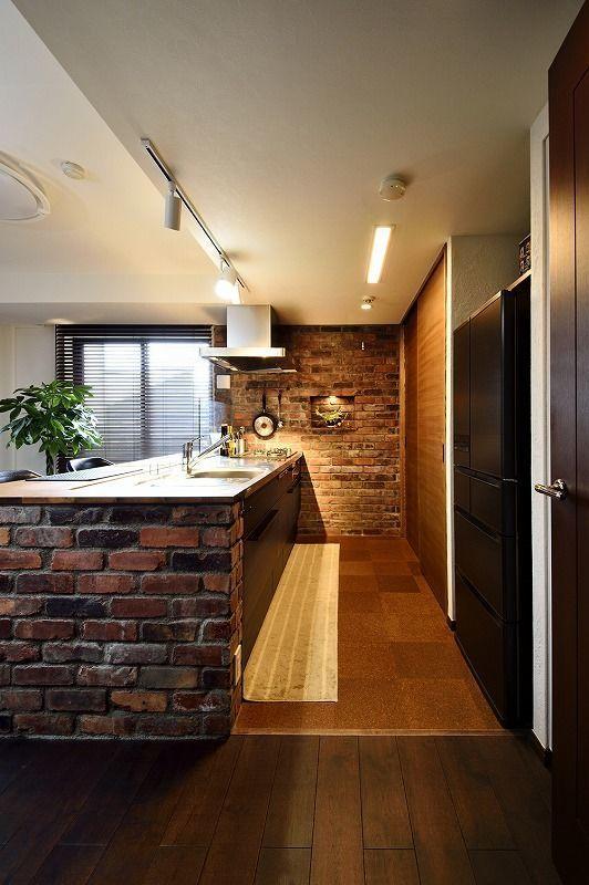 築14年マンションリノベ、マンションリノベーション事例。珪藻土と木のぬくもりに包まれた、バーカウンターのあるリビング。ご結婚を機に夫婦で暮らしやすくしたいとリフォームを決意。キッチンを住まいの中心にしたいということで、壁付けだったキッチンを対面のペニンシュラキッチンにしました。キチンの高さにあわせたカウンターテーブルを造作し、バーカウンターのような雰囲気を演出しています。LDKと洗面室、主寝室の壁は調湿・消臭効果のある珪藻土仕上げにしました。また、寝室のウォークインクローゼットは、既存の玄関収納との仕切りの背板をなくすことで、内部でつながるように。寝室と玄関の両方から服を取り出せる便利なつくりです。