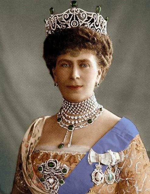 Koningin Mary van Groot-Brittannië (1967-1953) draagt een collier met smaragden die haar familie ooit in een sweepstake had gewonnen. Gogmsite
