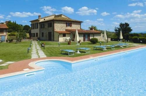 Podere Il Gioiello San Gimignano Offering an outdoor swimming pool, Podere Il Gioiello offers Tuscan-style apartments a 15-minute walk from the walls of San Gimignano. The property produces its own olive oil.