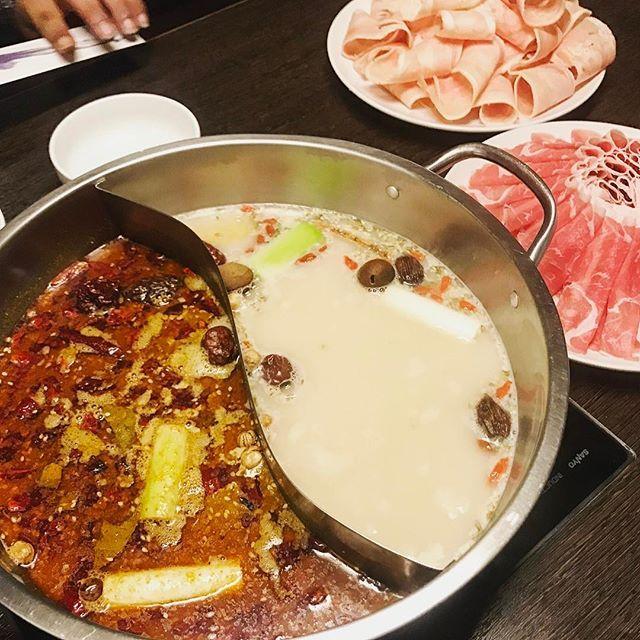 初の火鍋🔥🔥🔥 . 香辛料すごい(°_°) #火鍋#中華#夜ごはん#スパイス#香辛料#鍋#肉#辛い#美味しい#chinesefood#spice#spicy#hotpot#yummy#foodie#dinner#chicken#lamb#고기#치킨#식사#저녁#매워#맛있어