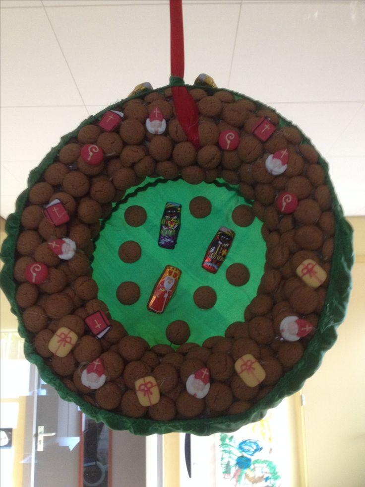 Sinterklaas krans. Achterkant is een pietenmuts.