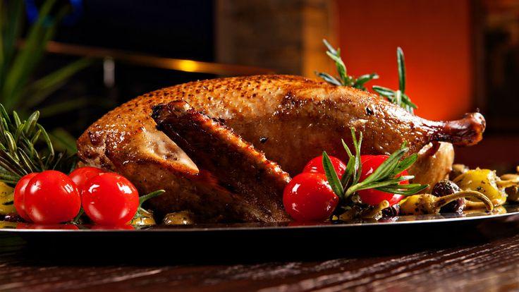 Vend gåsen på hovedetGås er et lækkert og smagfuldt alternativ til and juleaften. Det kan dog være en udfordring at få sprødt skind på dyret. Chefkonsulent hos Landbrug & Fødevarer, Hanne Castensc
