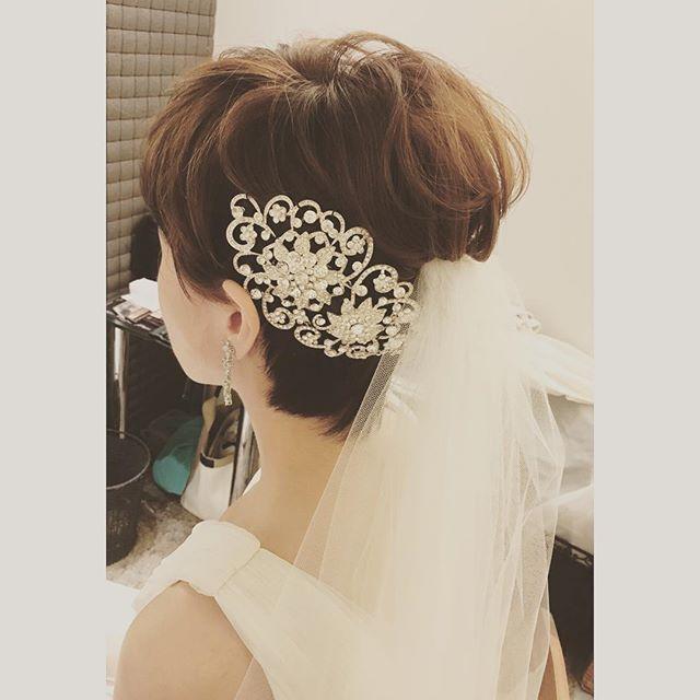昨日の花嫁様♡ ショートヘアがとてもお似合いの新婦様。 ヘッドドレスはキラキラでゴージャスなもの。 重みはありますが、落ちないように三つ編みをして土台を作ってからのせて固定しています。 #ヘアメイク#ヘアアレンジ#ウェディング#ウェディングヘア#ブライダル#花嫁#花嫁ヘア#花嫁髪型#結婚式#波ウェーブ#あみこみ#生花#プレ花嫁#結婚式準備#ヘッドドレス#キラキラ#シニヨン#アップスタイル#ベール#ショート#upstyle#hairmake#wedding#hair#kobe#bridal#hairarrenge