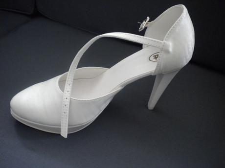 Dovolené sú aj jednoduché sandále.
