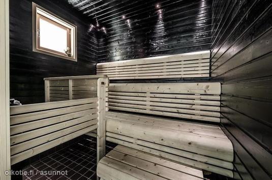 Black-walled sauna / mustaseinäinen sauna