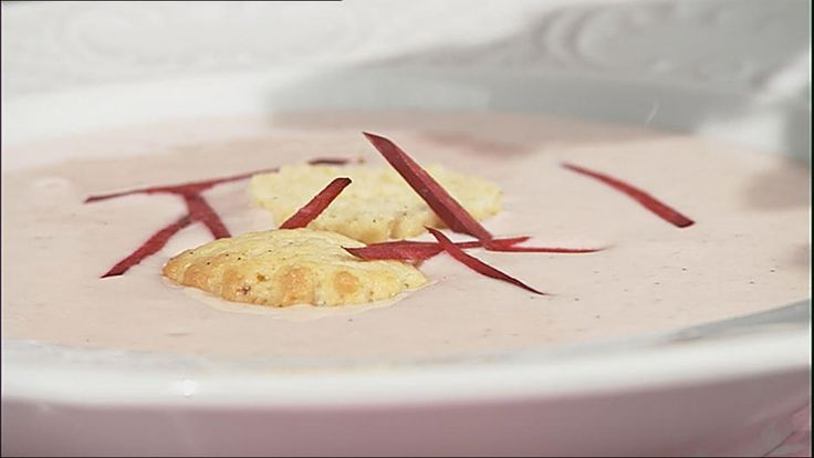 Mette Blomsterbergs opskrift på rabarberkoldskål med hjemmelavede kammerjunkere er skøn i sommervarmen. Rabarber gør koldskålen frisk og fin i farven.