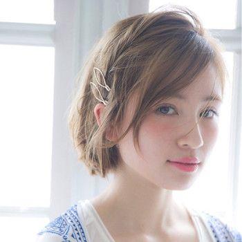 片方のサイドの髪だけ耳にかけ、ピンなどで留めるシンプルスタイリングは、全然頑張ってないのにいつもとは違う表情になり最高に使えるひと技。大き目の飾りなどを付ければ華やかな雰囲気にもチェンジ可能!