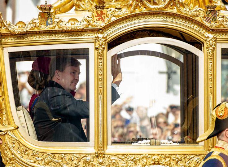 Koning Willem-Alexander en koningin Máxima in de gouden koets.