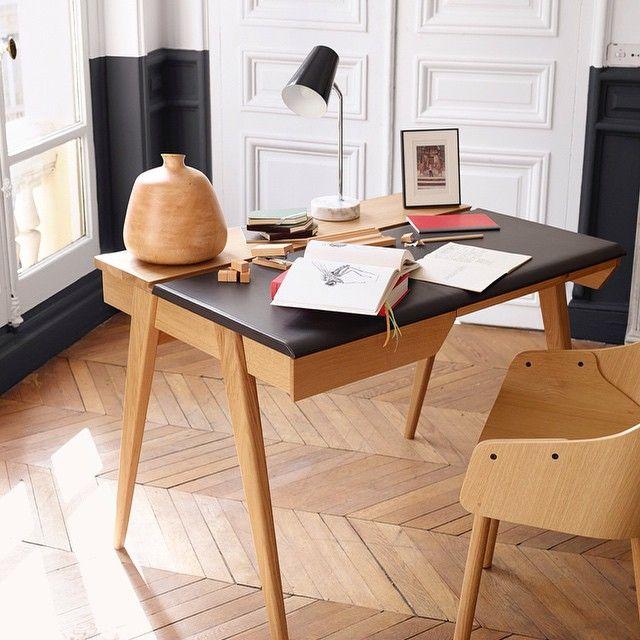 Arbetsplatsinspiration! Beckett skrivbord kombinerar fina material; en vadderad bordsskiva i läder och en stomme i ek. Ett funktionellt skrivbord med lådor där du kan förvara datakablar med mera. Finns i två olika storlekar. På bild den mindre, 103x74x76cm 8.100kr. Finns både i Skrapan & Täby C. #habitatsverige