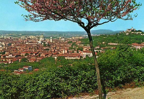 """""""In questo panorama di Brescia vediamo spiccare i monumenti più importanti e imponenti della città e sulla destra il Castello. In primo piano un albero di Giuda (Cercis Siliquastrum) che rimandava il pensiero all'estate ed alle passeggiate sui Ronchi. Per il fidanzato militare nel 1970 andava benissimo e dietro si aggiungeva ...ti penso...mi manchi....a presto ecc....Ricordi che sono giunti fino a noi che ormai spediamo al massimo un sms..."""" Immagine e testo inviati da Lui"""