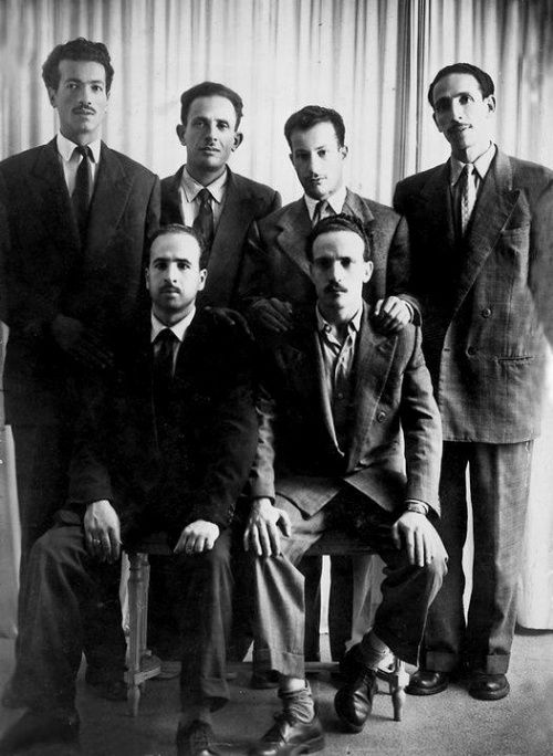 « Groupe des six », chefs du FLN. Photo prise juste avant le déclenchement de la révolution du 1er novembre 1954. (Debout, de gauche à droite : Rabah Bitat, Mostefa Ben Boulaïd, Didouche Mourad et Mohamed Boudiaf. Assis : Krim Belkacem à gauche, et Larbi Ben M'Hidi à droite.)