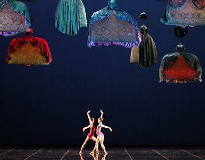 Balletto contemporaneo ispirato alla figura di Casanova. Una figura femminile interpreta questo personaggio alla ricerca estenuante delle passioni. Una rivisitazione contemporanea anche nelle ambientazioni e nei costumi che citano il settecento ma lo tras…