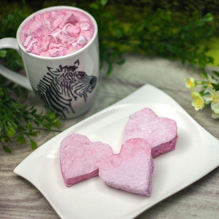 Die Himbeer-Marshmallows sind low carb, sehr kalorienarm und auch noch blitzschnell zu machen. Die gibt es nun öfters. Denn man braucht nur 4 Zutaten.
