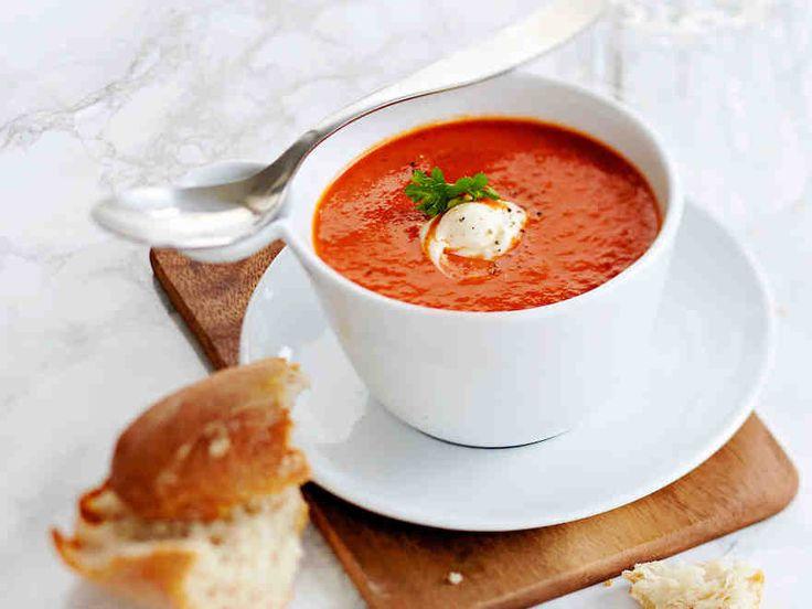 Tomaattikeitto saa makua pestosta ja valkosipulista. Tarjoa tomaatti-pestokeitto ranskankermanokareen kera.