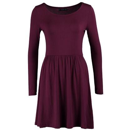 Süßes Kleid mit Rundhalsausschnitt ab 24,95€. Das dunkelrote Kleid hat einen tollen ausgestellten Rock! #fashion #winter #mode #stylefruits