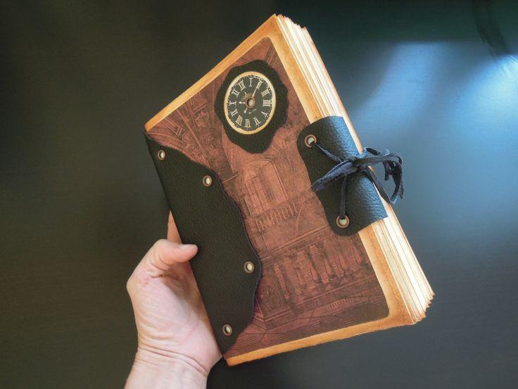 ...tak trochu tajemný... 100 ručně trhaných listů na psaní i na kresby, kožená vazba, kvalitní scrapbookový papír ... v každém deníku záložka Šířka hřbetu: cca2 cm Rozměr: A5