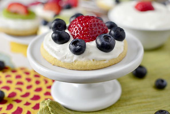 Mini Fruit Pizzas with Marshmallow Creme Frosting are customizable, sweet, and delicious.  | iowagirleats.com