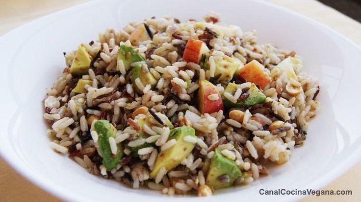 Ensalada de arroz salvaje con aguacate y manzana